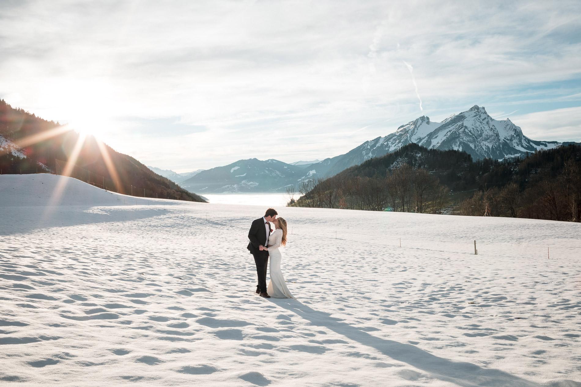 Hochzeit in den schweizer Alpen heiraten im Winter Hochzeitsfotograf
