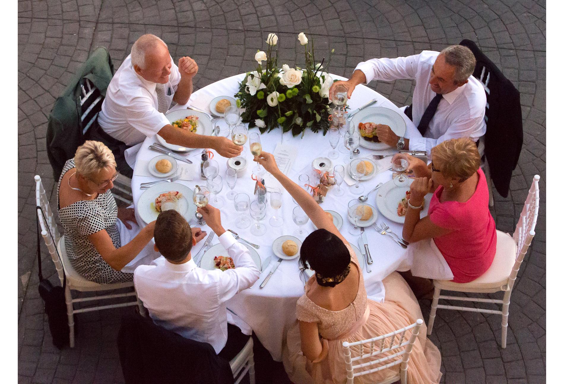 Ansprache und Anstossen mit Freunden an der Hochzeit