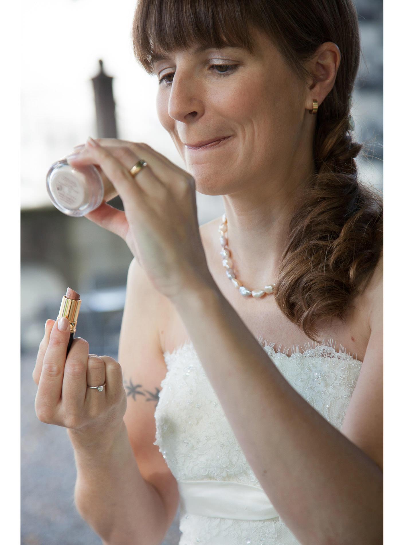 Braut schminkt sich an Hochzeit